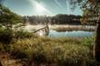 Krajobraz parującego jeziora w środku lasu