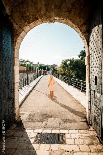 Kobieta spacerująca po moście