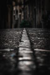 Kamienna ścieżka w ciasnej uliczce