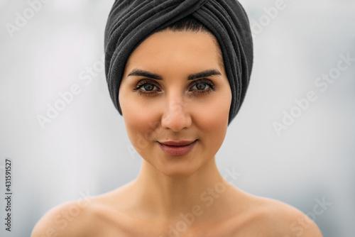 Obraz na płótnie Portrait of a beautiful girl with a turban on her head