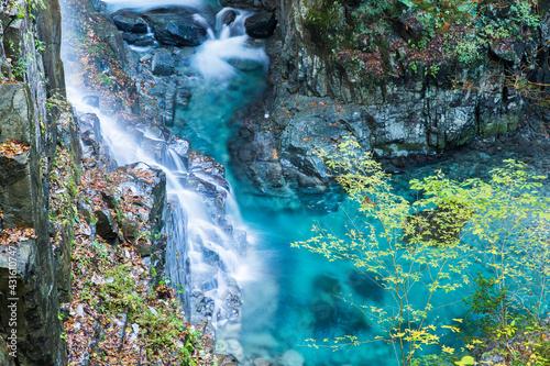 日本の岐阜県中津川市の付知峡の観音滝。 美しい滝とエメラルドグリーンの滝つぼ。 Fototapete