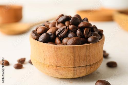 Obraz Bowl with coffee beans on light background - fototapety do salonu