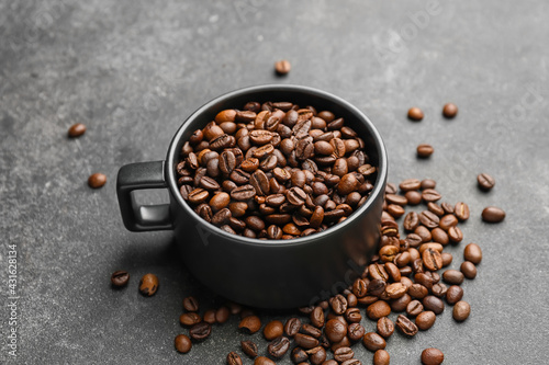 Obraz Cup of coffee beans on dark background - fototapety do salonu