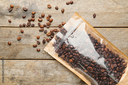 Obraz Bag with coffee beans on wooden background - fototapety do salonu