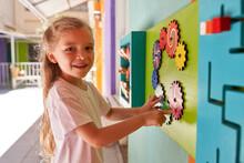 Mädchen Im Kindergarten Spielt Kreatives Wandspiel