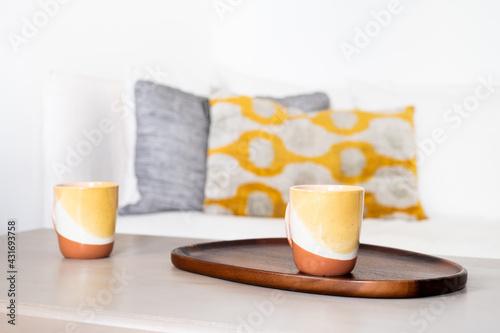 Obraz Un plateau et des tasses de café sur une table basse - fototapety do salonu