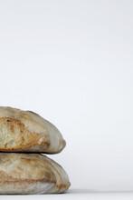 Pagnotte Di Pane Con Lievito Naturale Sovrapposte Su Fondo Bianco, Vista Decentrata