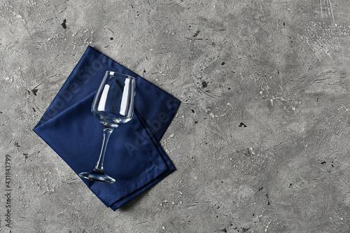 Fototapeta Glass with stylish napkin on grey background obraz