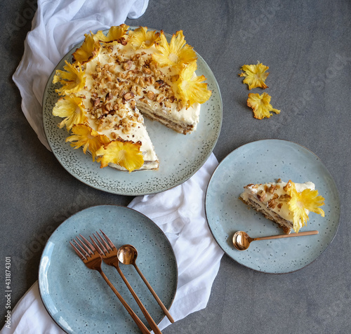 Naklejka premium Homemade decorative pastry / Pineapple Flower Humming Bird Cake / Great for house party, birthday, father's day, mother's day, special occasion and celebrations