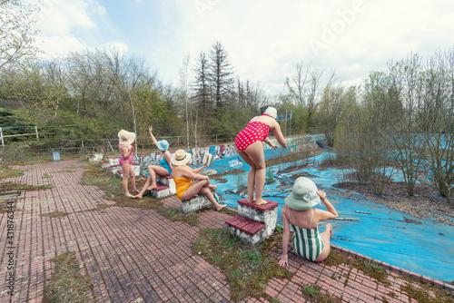 Frauen in bunten Badeanzügen - fototapety na wymiar