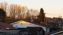 Toitures De Maisons Landaises, Illuminées Par La Lumière Du Soleil Couchant