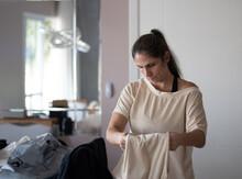 Mulher, Dona De Casa E Empreendedora, Cuidando Da Roupa