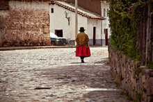 Bella Mujer De Los Andes Camina Por Una Calle De Un Hermoso Pueblo De Piedras