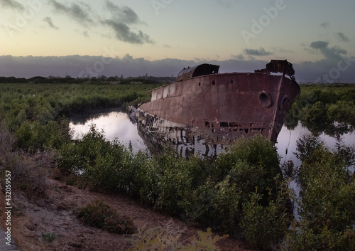 Fotografia ship wreck shipwreck rusty sunken beached yacht barge