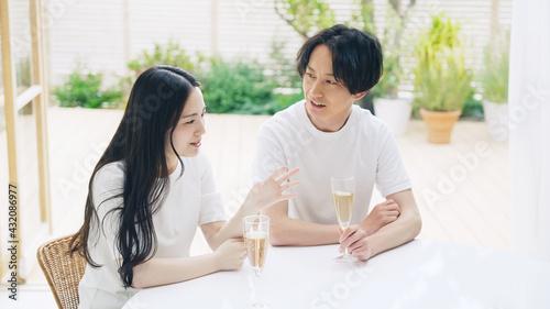 ドリンクを飲みながら会話するカップル