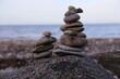 Eine Steinpyramide am Ostsee Strand bei Tag im Herbst
