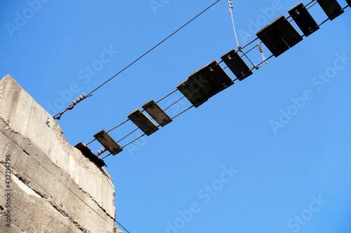 Fototapeta premium Seilbrücke vor Himmel