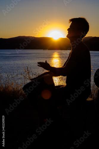Obraz na plátne Musicien, percussionniste, joueur de Djembé au Lac du Salagou avec un coucher de