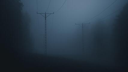 Słupy energetyczne w mrocznej mgle