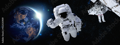 Fotografía Astronaut spaceman do spacewalk while working for space station in outer space
