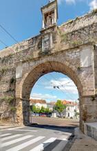 Arco Do Aqueduto De São Sebastião Em Coimbra E Estátua Do Papa João Paulo II
