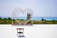 沖縄県来間島のリゾートホテルのハート型のモニュメント