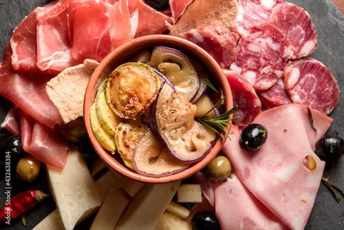Papel de parede Tagliere gourmet con prosciutto crudo, salame, mortadella, pecorino, verdure mis