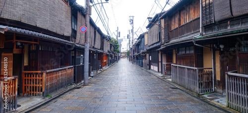Fototapeta 雨の京都、祇園新橋(重要伝統的建造物保存地区)界隈 obraz