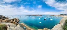 Plage Ensoleillée Et Bateaux De Plaisance Sur La Côte De Granit Rose En Bretagne