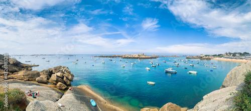 Stampa su Tela Plage ensoleillée et bateaux de plaisance sur la côte de granit rose en Bretagne