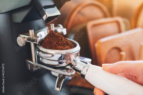 Papel de parede Closeup image of barista grinding coffee in coffee shop