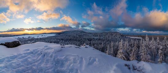 Piękny widok z Narożnika na Szczelinie Wielki w Górach Stołowych w Sudetach