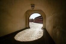 Entrada A Kastellet, (inglés: The Citadel) Ubicada En Copenhague, Dinamarca. El Dibujo De La Silueta Del Arco De La Puerta A La Sombra Por Efecto De La Luz Solar.