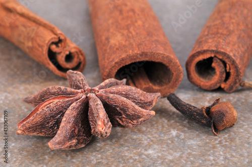 Fototapeta Bâtons de cannelle et des clous de girofle avec de l'anis étoilé en gros plan sur fond gris obraz