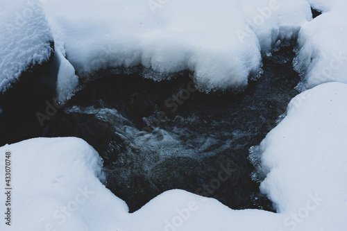 Foto Olterudelva River, Norway, in winter.