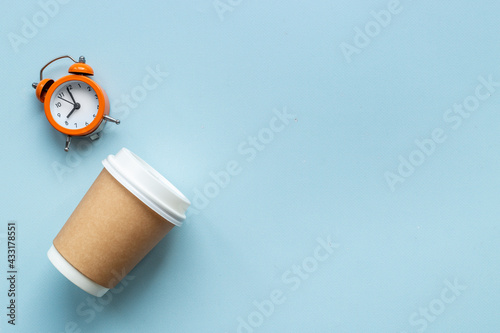 Obraz Paper coffee cups with coffee beans. Top view - fototapety do salonu