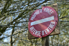 """Forêt Privée. Panneau """"Propriété Privée - Défense D'entrer"""" à L'entrée Du Chemin"""