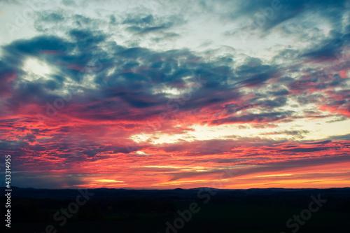 czerwone niebo przy zachodzie słońca