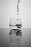 Fototapeta Fototapety do łazienki - woda nalewana do szklanki