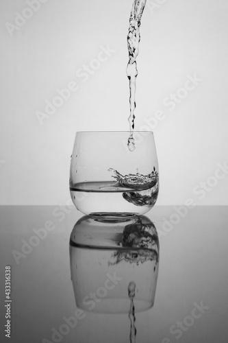 woda nalewana do szklanki