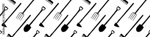 Papel de parede Seamless pattern with garden equipments: shovels, spades, rakes, hoes, pitchforks