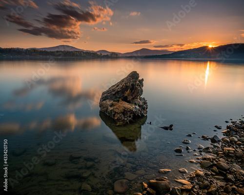 Fototapeta Zachód słońca nad jeziorem w górach obraz