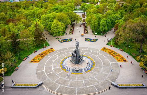 Fotografie, Obraz Taras Shevchenko monument at Sumskaya street in Kharkov, aerial view