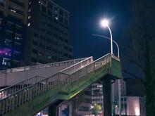 夜の街灯の明かりと歩道橋の階段