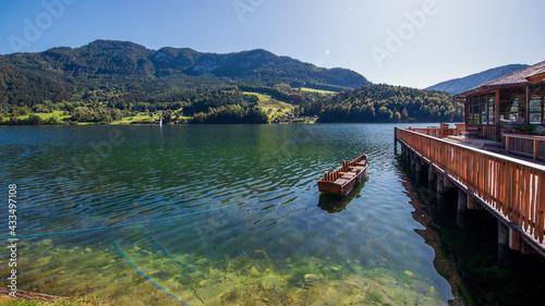 Blick über den Grundlsee im steirischen Salzkammergut, Österreich mit Holzboot und HoLZSTEG