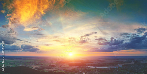 Foto Beautiful sunset in the countryside in spring with the blazing sky