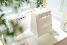 おしゃれな白のペーパーバッグ(紙袋)