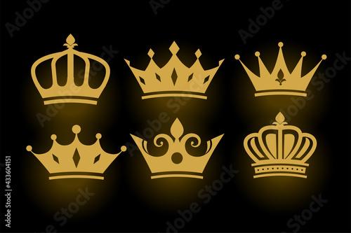 Carta da parati golden decorative king and queen crowns set