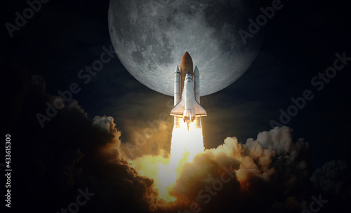 Fotografia Space Shuttle takes off to the moon