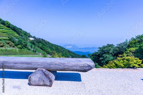 Fotografija 海の見える木製ベンチ